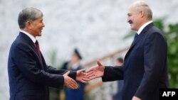 Кыргыз президенти менен Беларус президенти Александр Лукашенко менен кол алышууда.