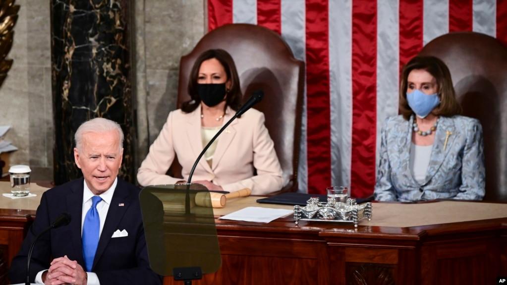 این نخستین بار بود که در نشست مشترک کنگره دو زن پشت سر رئیس جمهوری آمریکا بودند. نانسی پلوسی رئیس مجلس نمایندگان (راست) و کامالا هریس معاون رئیس جمهور.
