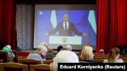Выступление президента России Владимира Путина транслируют в доме престарелых в Ставрополе, 20 февраля 2019 года.