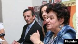 Բնապահպանական ՊՈԱԿ-ի տնօրեն Վիկտոր Մարտիրոսյանը եւ բնապահպան Կարինե Դանիելյանը: 14-ը սեպտեմբերի, 2010թ.