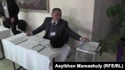 Член избирательной комиссии, представившийся представителем партии «Бирлик» и членом «Нур Отана». Алматинская область, 26 марта 2017 года.