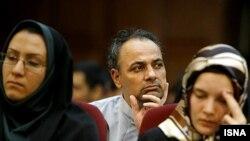 احمد زیدآبادی (وسط) در دومین دادگاه معترضان به نتایج انتخابات در ۱۷ مرداد