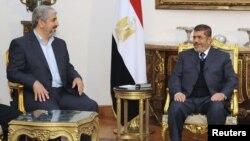 خالد مشعل (چپ) در کنار محمد مرسی، عضو برکنارشده اخوانالمسلمین از ریاست جمهوری مصر