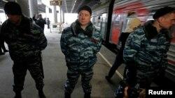 """Сотрудники полиции оцепили часть платформы, куда прибыл поезд, доставивший заключенных активистов """"Гринпис"""". Санкт-Петербург, 12 ноября 2013 года."""