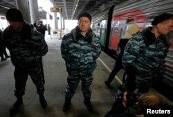 Ресей полициясы Greenpeace ұйымының белсенділері қамалған вагон есіктерін күзетіп тұр. Санкт-Петербург, 12 қараша 2013 жыл.
