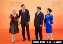 Presiden Montenegro Filip Vujanovic (kedua dari kiri) dan istrinya, Svetlana (kiri), menyapa Presiden Tiongkok Xi Jinping ketika istrinya, Peng Liyuan, mengawasi saat resepsi untuk para pemimpin dan pejabat negara di Istana Ungu menjelang Pemuda Nanjing 2014 Permainan Olimpik.