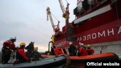 """Активисты """"Гринпис"""" высадились на нефтяной платформе """"Приразломная""""."""