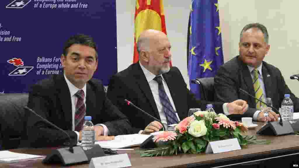 МАКЕДОНИЈА - Во рамките на македонското претседавање со САД - Јадранската повелба, во македонското МНР се одржа состанок на Партнерската комисија на Повелбата под мотото Балканот напред - исполнување на визијата за целосна и слободна Европа. На состанокот, со кој претседаваше шефот на македонската дипломатија Никола Димитров, учествуваа делегации на членките на Повелбата: Македонија, Албанија, Хрватска, Црна Гора, Босна и Херцеговина и САД, на набљудувачите Србија, Косово и Словенија, како и шефот на Канцеларијата на НАТО во Скопје.