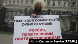 Черкесские активисты устаривали пикеты в Москве с требованиями, чтобы российские власти обратили внимание на проблемы сирийских черкесов.