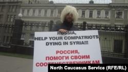 Мәскәүдә Сүриядәге чиркәссләргә теләктәшлек белдерү пикеты. 2012 ел.