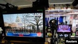 Ак Үйдүн брифинг бөлмөсүндөгү сыналгы экраны. 2021-жылдын 13-январы.