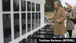 Стивен Корн на Аллее Шехидов, Баку, 12 марта 2012