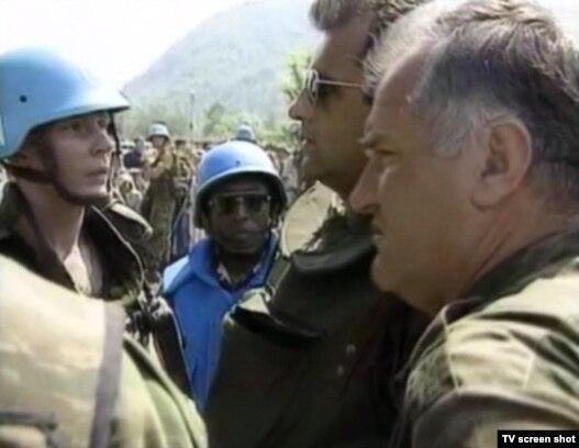 Ratko Mladić, haški begunac optužen za genocid, u Srebrenici u julu 1995. godine