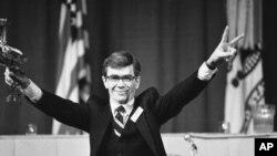 АҚШ-тың Ирандағы уақытша сенімді өкілі Брюс Лейнген кепілдіктен босатылғаннан кейінгі баспасөз мәслихатында жеңіс белгісін көрсетіп тұр. Америка, Вест-Пойнт. 27 қаңтар, 1981 жыл