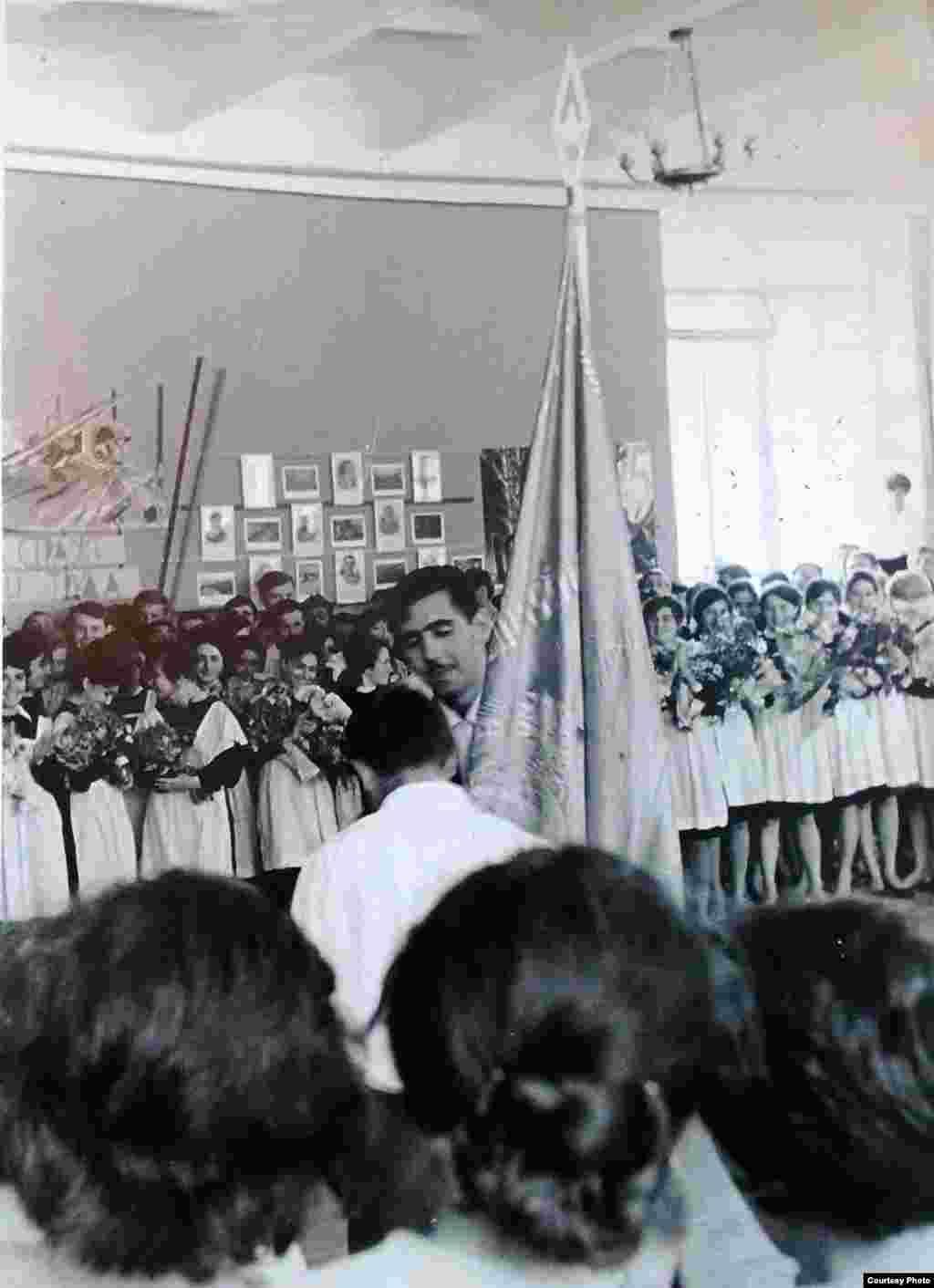 Ghenadi Babaean înmânează stema școlii la ceremonia de absolvire a clasei 11. Sumgait, Azerbaidjan, 1965