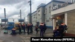 Мигранты у вокзала.
