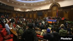 Ցուցարարները Ազգային ժողովի նիստերի դահլիճում, Երևան, 10-ը նոյեմբերի, 2020թ.