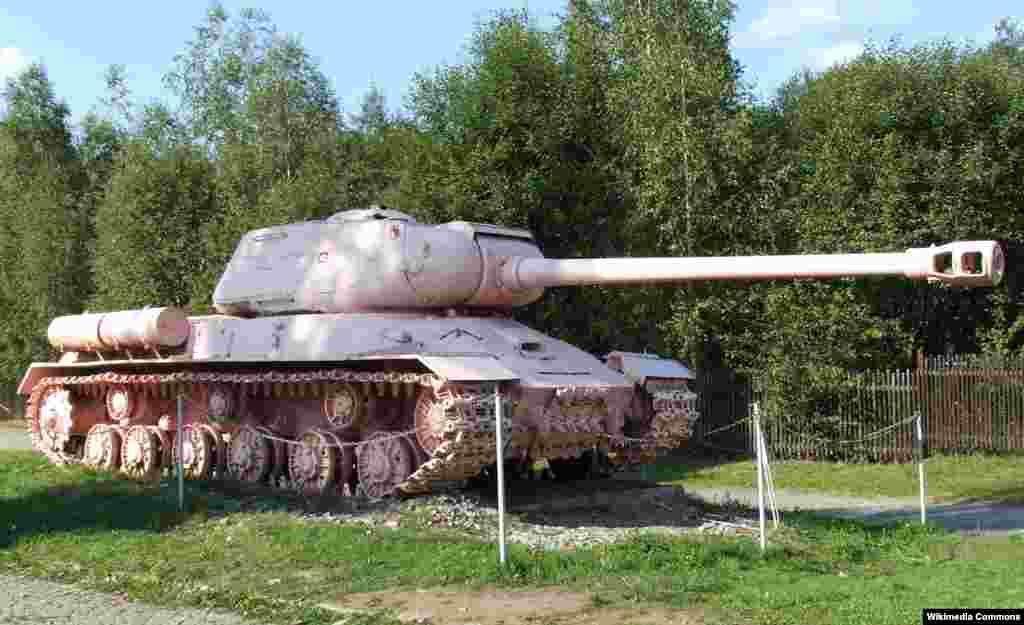 Алқызыл түсті әлеміш совет танкі Прага түбіндегі Лешаны ауылында тұрған Әскери-техникалық мұражайға апарып тасталды.