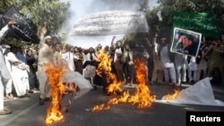 Protestuesit e djegin flamurin amerikan gjatë protestës në Xhalalabad