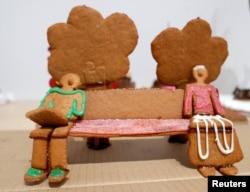 Disa biskota me xhenxhefil të përgatitura për Krishtlindje ilustrojnë distancën fizike.