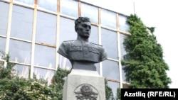 Бюст Амет-Хана Султана - легендарного крымско-татарского лётчика (Алупка, Крым)