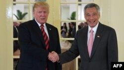 Американскиот претседател Трамп и сингапурскиот премиер Ли Лунг
