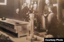 На старой газетной фотографии похорон Казимира Малевича (1935 год) можно различить колонку-архитектон