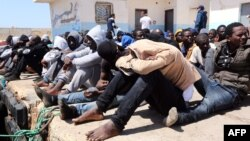 در تصویر مهاجران غیرقانونی در بندر طرابلس در لیبی دیده میشوند