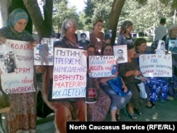 """Акция женщин-родственниц """"пропавших без вести"""" в Чечне. Наши дни"""