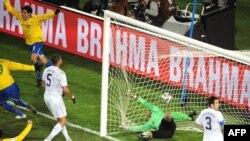 صحنهء از مسابقهٌ فوتبال بین تیم های برازیل و امریکا