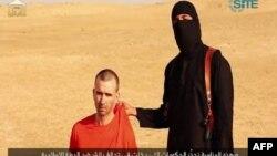 «Իսլամական պետության» գրոհայինը և բրիտանացի պատանդը ահաբեկիչների տարածած տեսանյութում, 2-ը սեպտեմբերի, 2014թ․