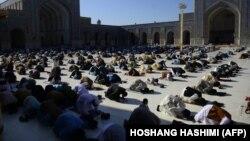 В мечети в Афганистане во время праздничной молитвы. 24 мая 2020 года.