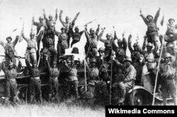 Японские солдаты на советском танке