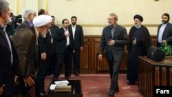 ابراهیم رئیسی (نفر دوم از راست) همراه با علی لاریجانی (نفر سوم).