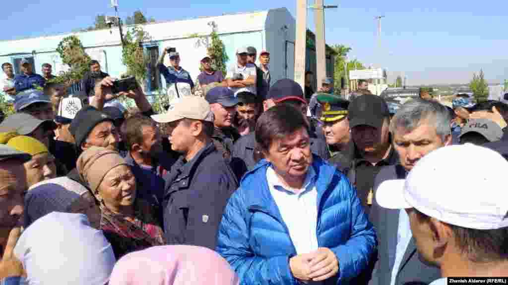 Премьер-министр Мухаммедкалый Абылгазиев Максат айылынын тургундары менен жолугушууда.