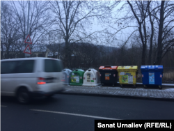 Контейнеры для разного вида бытовых отходов на улицах Праги. Чешская Республика, январь 2019 года.