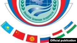 Флаги стран - членов ШОС под эмблемой Шанхайской организации сотрудничества.