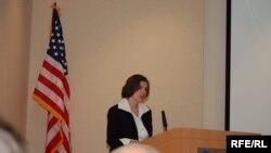 Suzan Glasser Waşingtonda Politkowskaýany ýatlamak çäresinde. 16-njy oktyabr, 2006.