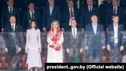 Упершым шэрагу зьлева направа— прэзыдэнт Азэрбайджану Ільхам Аліеў, ягоная жонка Мэхрыбан, жонка прэм'ер-міністра Расеі Сьвятлана Мядзьведзева, сам прэм'ер Дзьмітрый Мядзьведзеў, Аляксандра Лукашэнка іягоны сын Мікалай.