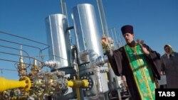 Свештеник осветува гасовод во Украина.