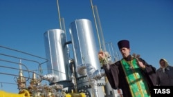 A priest blesses a Ukrainian natural-gas pipeline. (file photo)