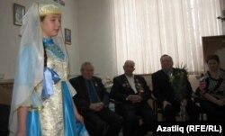 Ветеранны татар сыйныфында укучылар котлый