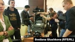 Журналисты казахстанских и международных СМИ подключаются к аппаратуре для записи видео инаугурации президента Казахстана, так как им запрещено снимать самим. Астана, 29 апреля 2015 года. Иллюстративное фото.