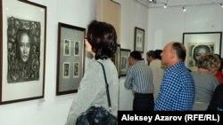 Посетители на выставке казахстанского художника-иллюстратора Евгения Сидоркина в Государственном музее искусств имени А. Кастеева. Алматы, 22 апреля 2015 года.