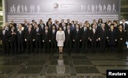 """""""Poza de familie"""" a summitului - liderii UE şi din ţările membre ale Parteneriatului Estic, 22 mai 2015"""