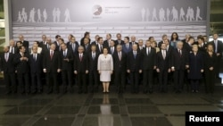 Глави держав і представники Європейського союзу фотографуються перед засіданням саміту в Ризі, 22 травня 2015 року