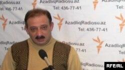 Журналист Рауф Миркадыров в студии АзадлыгРадиосу. Архивное фото