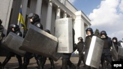 Полиси украин майдони рӯбарӯи бинои порлумонро тарк мекунад.