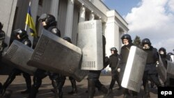 Ukrainian riot police leave the area around the country's parliament on February 21 after an agreement was reached between opposition leaders and President Yanukovych on February 21 to resolve the country's political crisis.