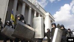 Trupele speciale se retrag din fața Parlamentului de la Kiev, după ce președintele Ianukovici a semnat acordul de compromis cu opoziția, 21 fenruarie 2014